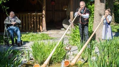 Auch mit dem Büchel spielen Fredy Schnyder und Malina Grimm für die Bewohner auf. ((Bild: Reto Martin))