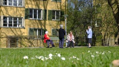 Mit ausreichend Abstand: Seniorinnen in Zürich beim Schwatz in einem Park. (Bild: Petra Orosz/Keystone (Zürich, 2. April 2020))