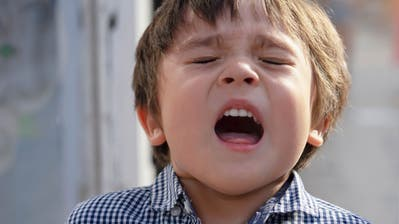 Gesundheit! Kinder haben vermutlich nicht nur eine geringere Virenlastbei Covid-19 - ebenso wichtig ist, dass sie die Coronaviren seltener durch husten oder niesen verbreiten. ((Bild: Shutterstock))