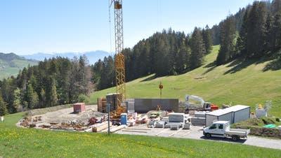 Mit Hochdruck wird an der Talstation der neuen 6er-Sesselbahn im Wildhauser Oberdorf gebaut. (Bild: Sabine Camedda)