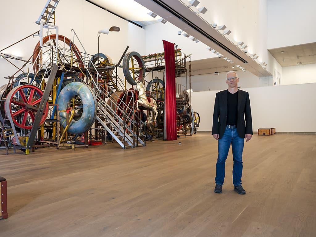 Museumsdirektor Roland Wetzel vor der «Grossen Meta-Maxi-Maxi-Utopia» von Jean Tinguely (1987). Noch sind die Ausstellungshallen im Museum Tinguely leer, besondere Schutzmassnahmen werden dafür sorgen, dass sie ab 12. Mai nicht zu voll sein werden.