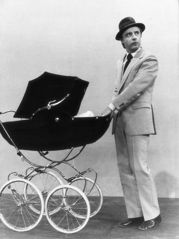 Emil Steinberger 1970 als überforderter Vater im Sketch «Der Kinderwagen».