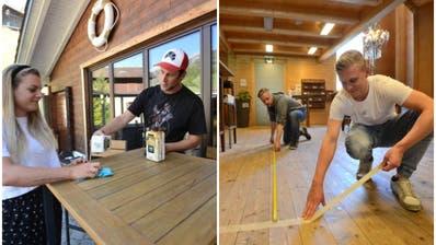 «Der Gasthof» in Bürglen wird fit gemacht: Rahel und Martin Arnold beim Desinfizieren der Tische. (BIld: Urs Hanhart)