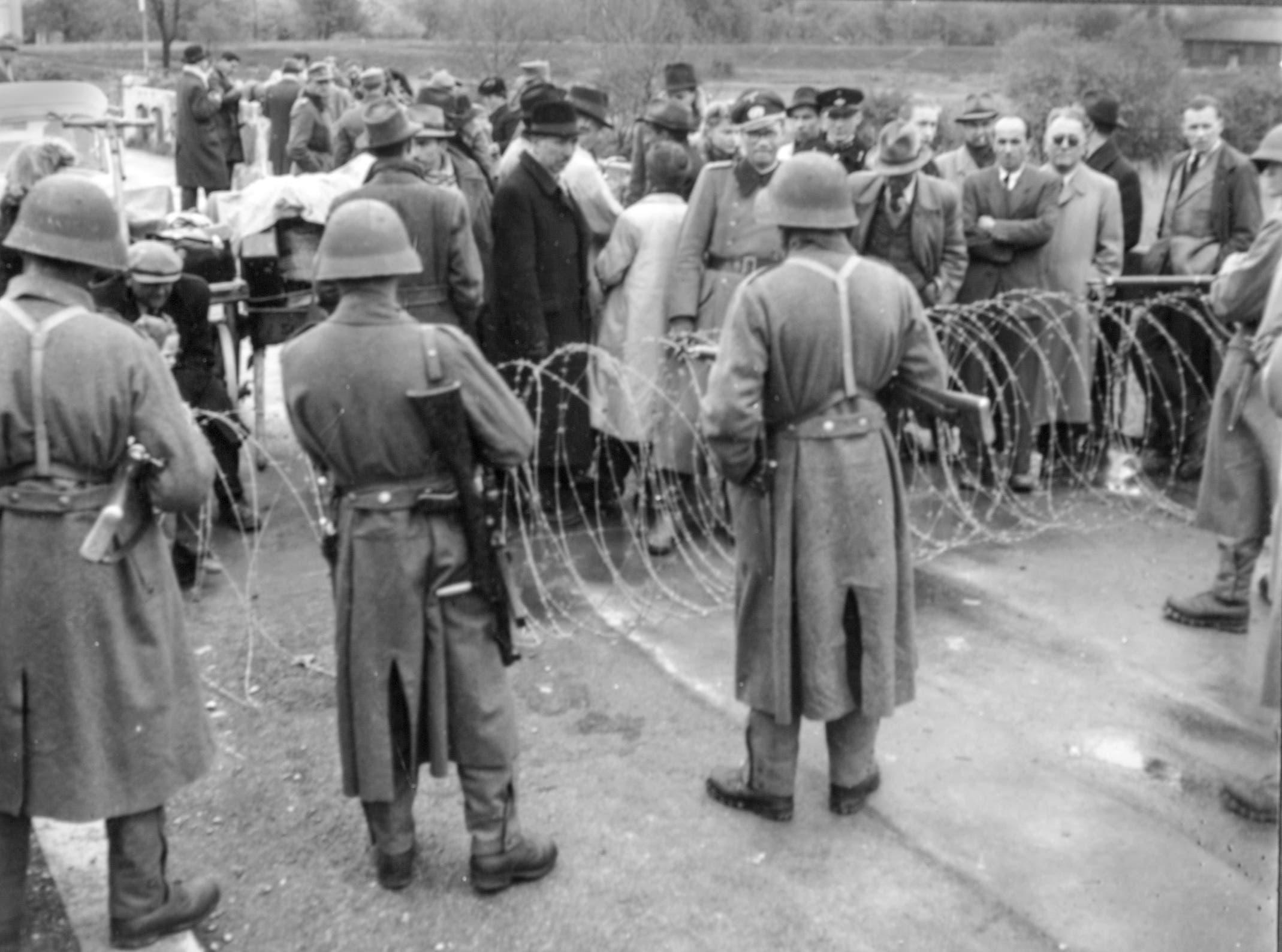 Soldaten bewachen die Grenze.
