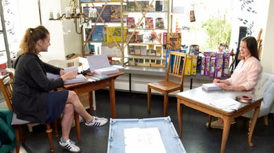 Katharina Alder und Lenea Magri verpacken in der geschlossenen Buchhandlung die Bestellungen ihrer Kunden. ((Bild: Mario Testa))