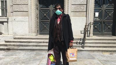 Raman Mahendran hat von der Heilsarmee einen Papiersack mit Essen bekommen. Er sagt: «Ich habe nicht einmal ein Zwanzigernötli im Sack.» (Bild: Pascal Ritter)