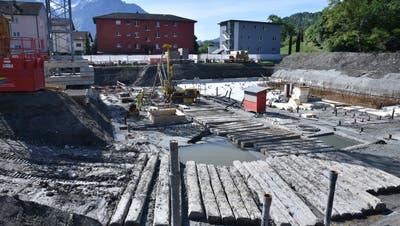 Der teils instabile Baugrund im Büelriet stellt eine besondere Herausforderung dar, der Baufortschritt gerät deswegen in Rückstand. (Bild: Heini Schwendener)