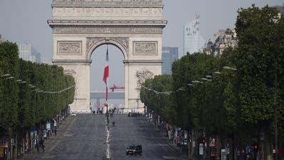 Leere auf den Champs Elysée: In Paris greift das Virus immernoch um sich. (Francois Mori / Pool / EPA)