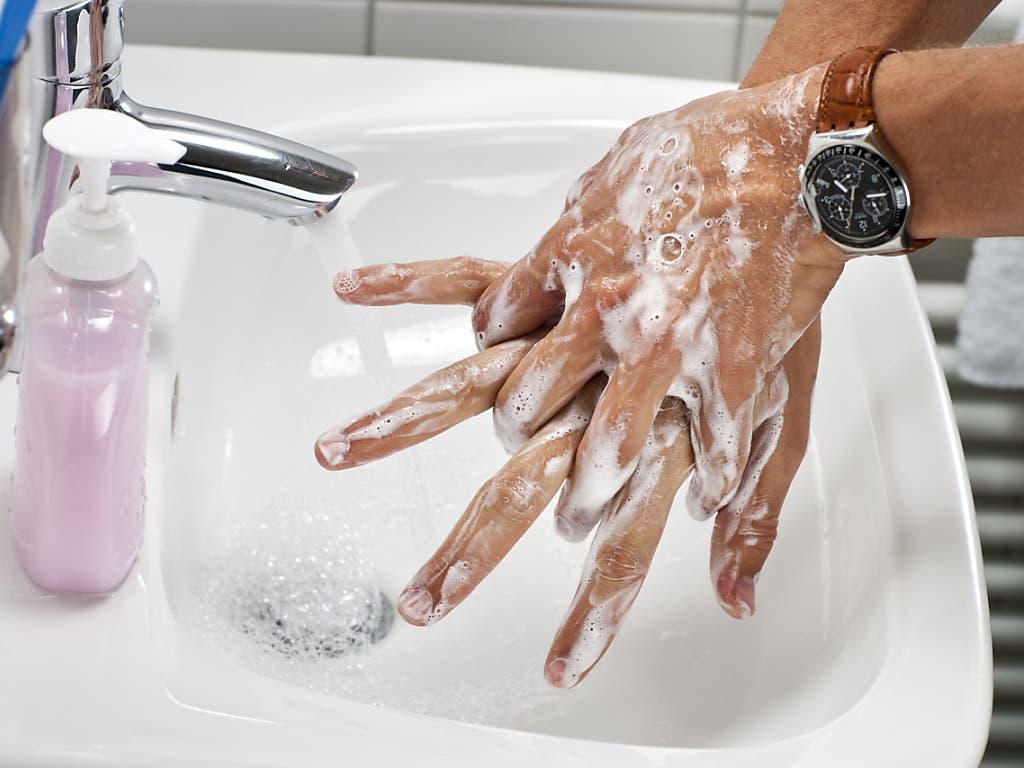 Hände waschen und zwei Meter Abstand bei Gesprächen. Diese Massnahmen seien unverändert nötig, um das Coronavirus in Schach zu halten, ist der Leiter der Covid-19-Taskforce, Matthias Egger, überzeugt. Er beobachte, dass sich nicht mehr alle daran hielten.