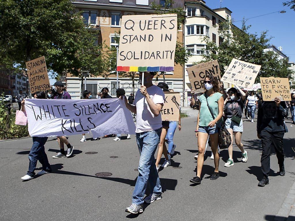 Demonstranten bei ihrem Umzug durch Zürich.