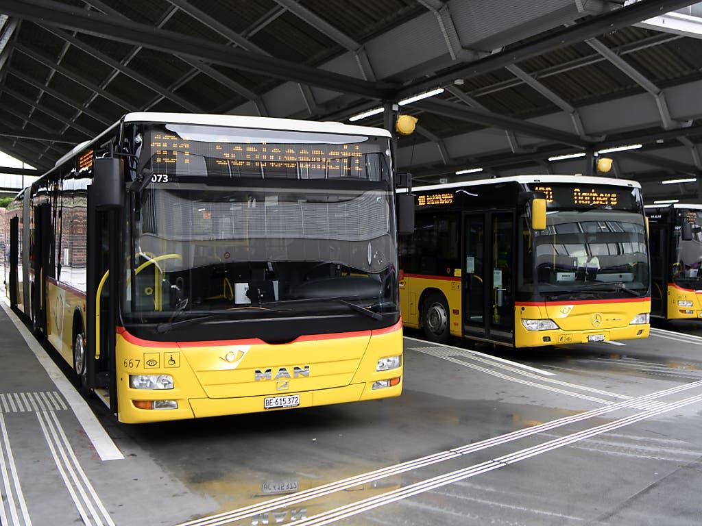 Postautos im Busbahnhof Bern.