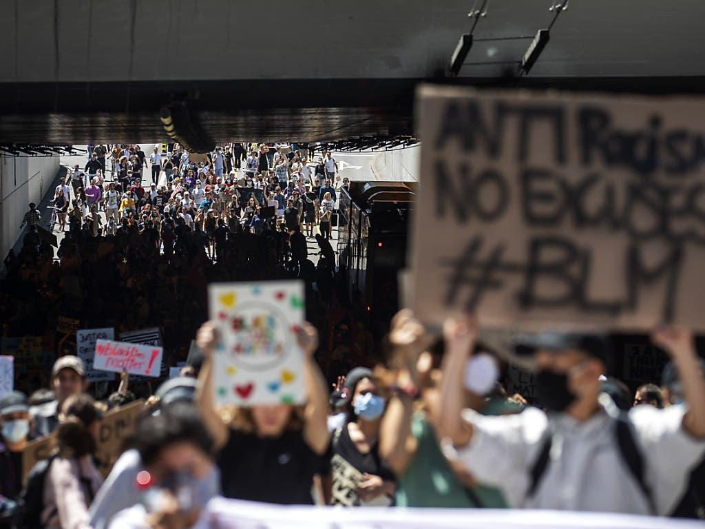 Dichtgedrängte Demonstranten auf der Langstrasse bei der Unterführung unter den Eisenbahgeleisen.