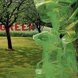 Green in rot (Kathrin Bänziger) trifft auf den grünen «WannaBe Tree» von Vivi Linnemann (rechts). (Bilder: Martin Preisser)