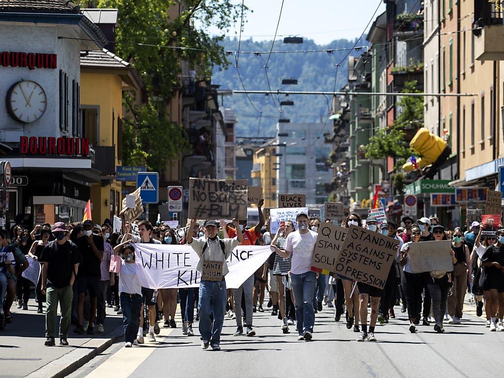 Der Umzug führte quer durch die Stadt, vom Quartier Hard bis mindestens ans Bellevue.