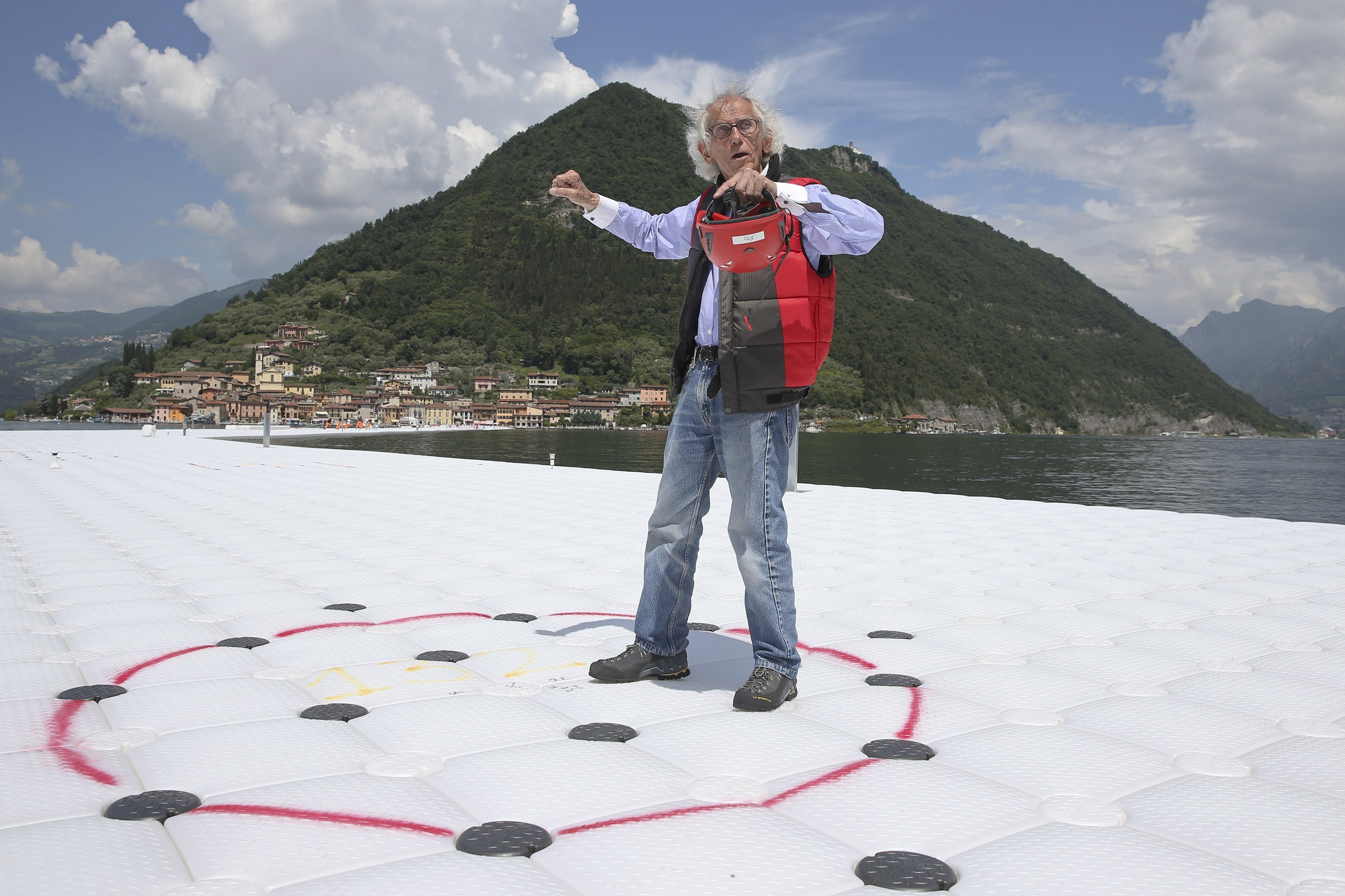 Christo auf seiner Installation The Floating Piers auf dem Iseo-See im Norden Italiens, Juni 2016.