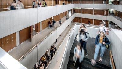 In die Kantonsschulen von Luzern kehrt ab Montag wieder mehr Leben ein. (Bild: Pius Amrein (Luzern, 22. August 2019))