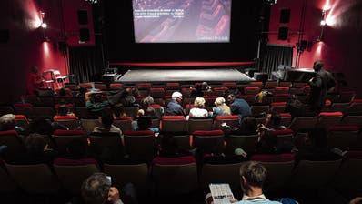 Gemütlich trotz Corona in diesem Kino am vergangenen Wochenende: An ein näheres Beisammensein müssen sich manche erst gewöhnen. (Bild: Laurent Gillieron/Key)