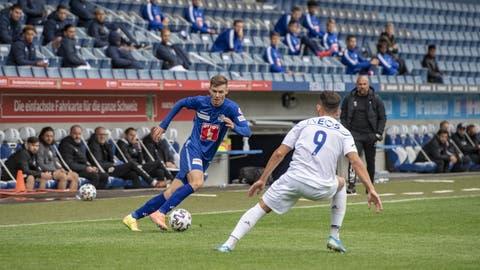 Der ballführende Silvan Sidler (links) wird von Andi Zeqiri angegriffen. (Bild: Urs Flüeler/Keystone)