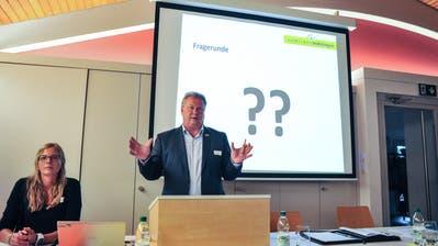 Gemeindepräsident Walter Hugentobler, flankiert von Gemeindeschreiberin Sandra Kleindl, beantwortet Fragen aus dm Publikum. ((Bild: Olaf Kühne))