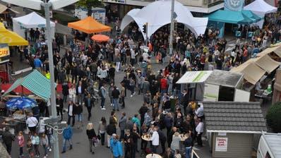 Die Partyzelte, Stände und Beizli am Herbstmarkt belebten vergangenes Jahr das Uzwiler Zentrum. (Bild: Kathrin Meier-Gross)