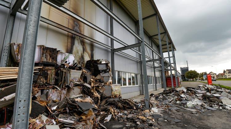 Auch dieser Brand von mehreren Holzpaletten vor einer Lagerhalle in Riedt bei Erlen im September 2017 wird dem Beschuldigten zur Last gelegt. (Kapo)