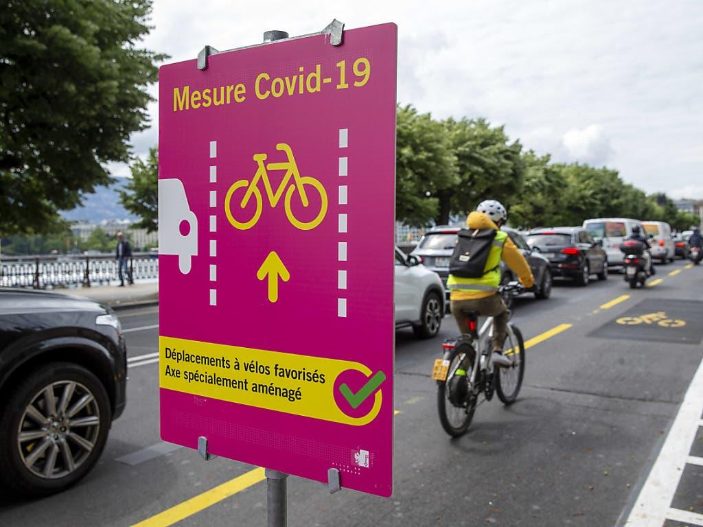 In Genf wurde für Velofahrer auf dem vielbefahrenen Quai Mont-Blanc eine eigene Spur ausgeschildert. Auslöser war die Covid-19-Pandemie.