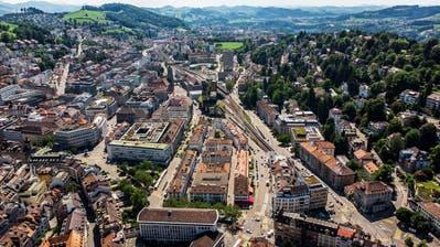 Blick auf die Stadt St.Gallen mit dem Rathaus und dem Hauptbahnhof in der Bildmitte. Bis 2050 sollen alle Busse der Stadt mit elektrischem Antrieb verkehren. (Bild: Michel Canonica (20. Juni 2019))
