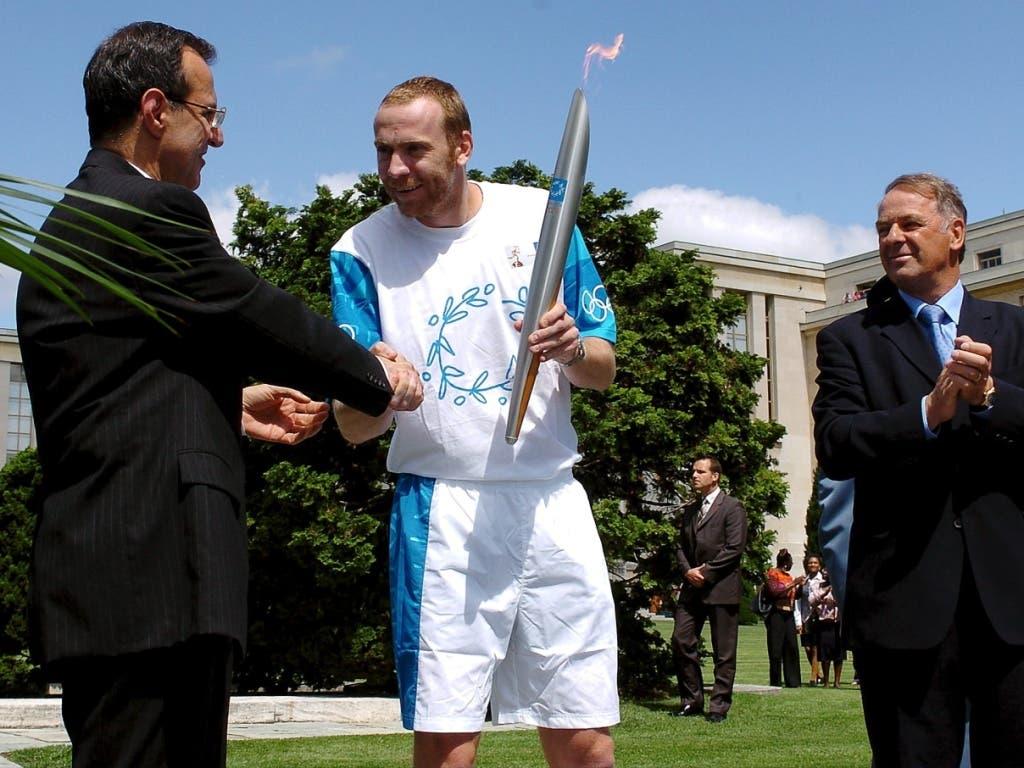12 Jahre nach seinem Olympiasieg wurde Olympiasieger Rosset auch noch olympischer Fackelläufer - während Tag 20 des Fackellaufs durch 34 Städte und 27 Länder vor den Spielen von Athen