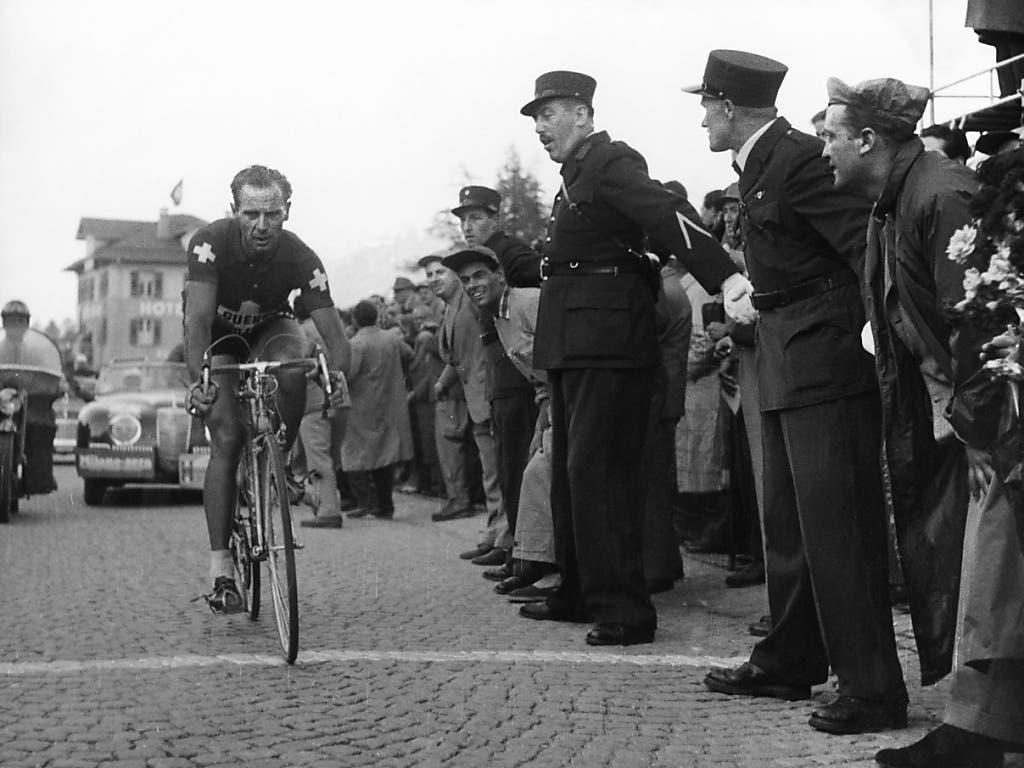 Hugo Koblet überquert in einer Giro-Etappe die Ziellinie