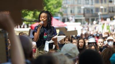 Organisatorin Samantha Wanjiru beim Auftakt der Black-Live-Matters-Demo auf dem Bärenplatz. (Bild: Sandro Büchler (13.6.2020))