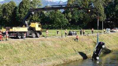 Hier wird das Auto aus dem Kanal geborgen. (Bild: Kantonspolizei St.Gallen)