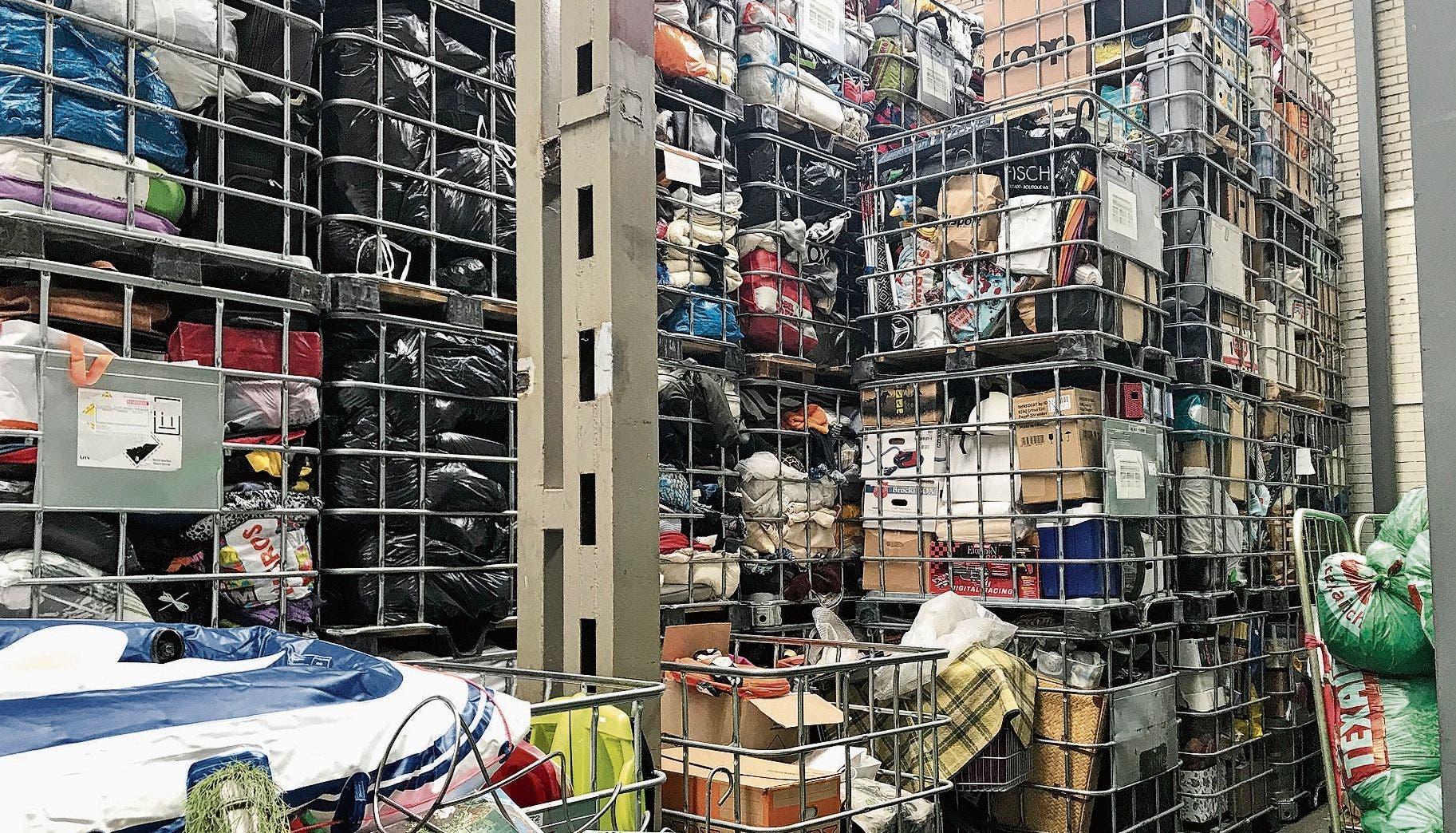 Volles Lager im Wiler BrockiShop: Die Waren auf dem Regal rechts sind in den vergangenen drei Wochen eingegangen.
