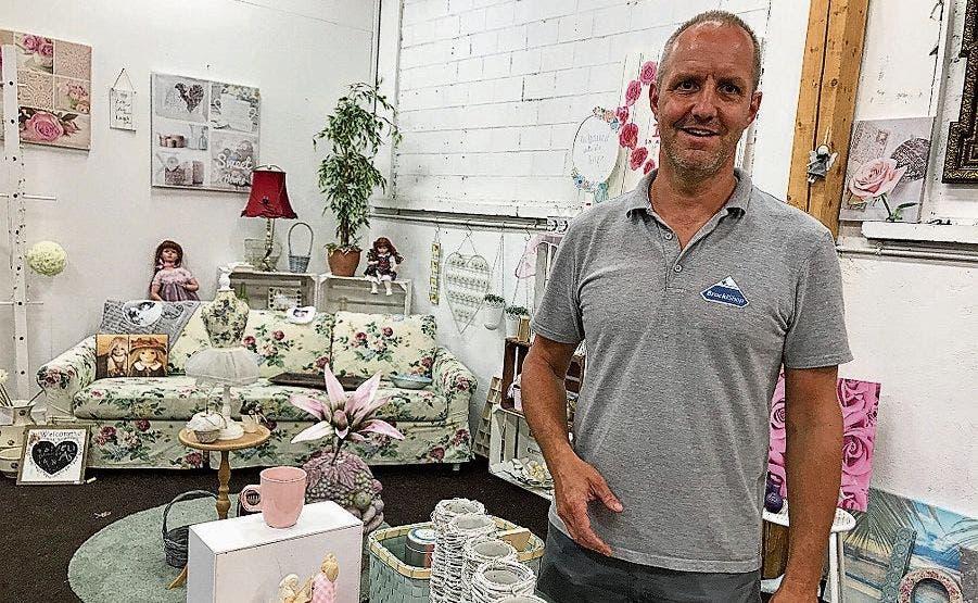 BrockiShop-Leiter Jakob Schweizer setzt mit themenbezogenen Verkaufsbereichen Akzente. Aktuell ist Shabby-Chic angesagt.