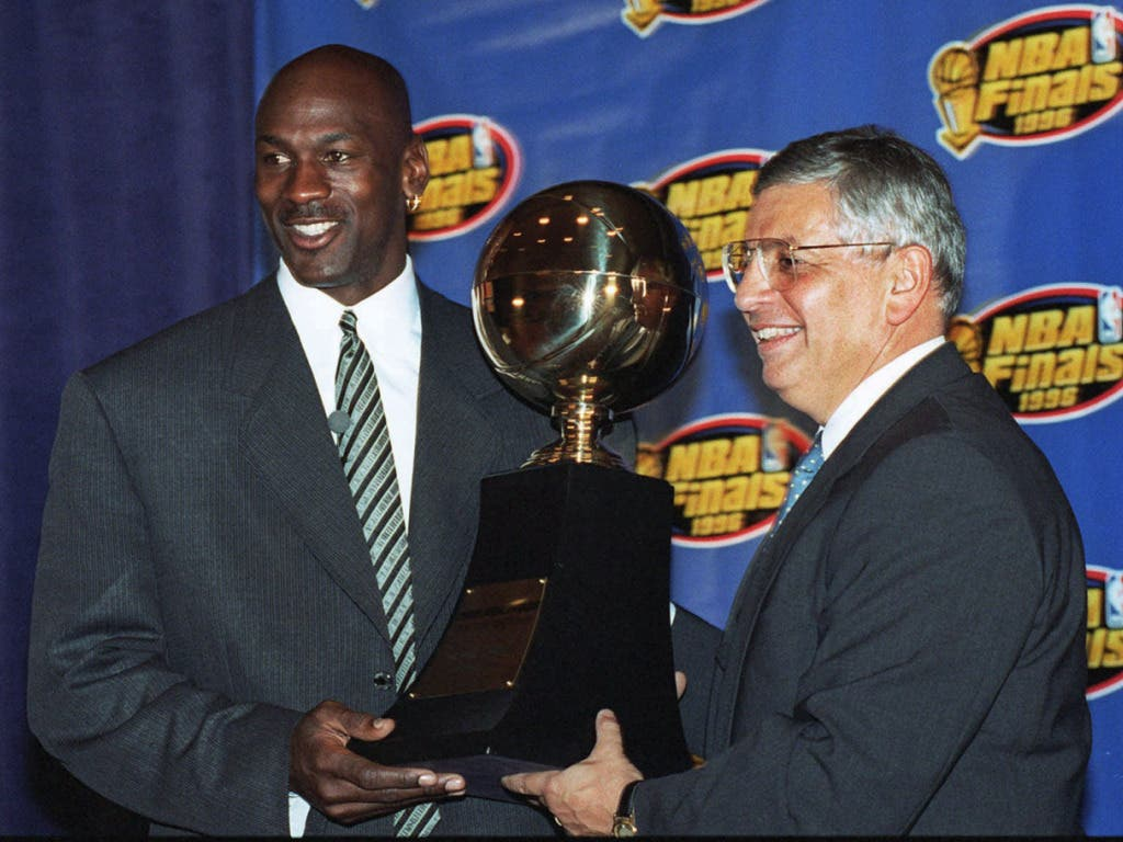 Michael Jordan sammelte während seiner Karriere diverse Trophäen: Fünfmal wurde er zum wertvollsten Spieler der Liga ausgezeichnet, zehnmal war er der beste Skorer der NBA