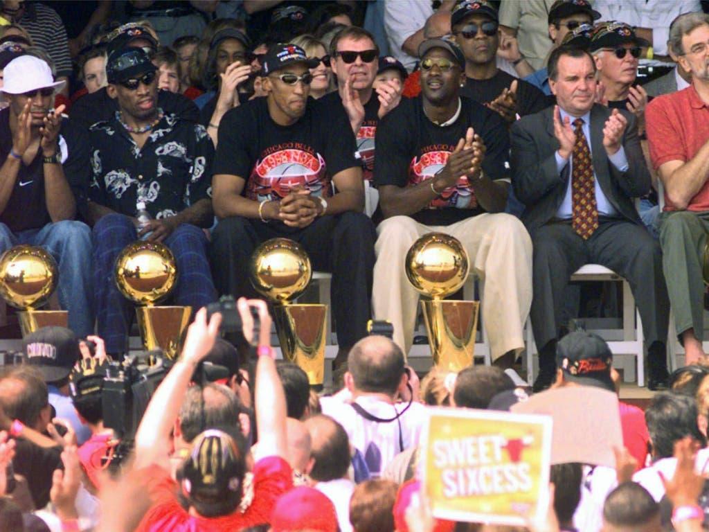 Die Chicago Bulls bei ihrer Meisterfeier 1998 und dem sechsten Titelgewinn innerhalb von acht Jahren