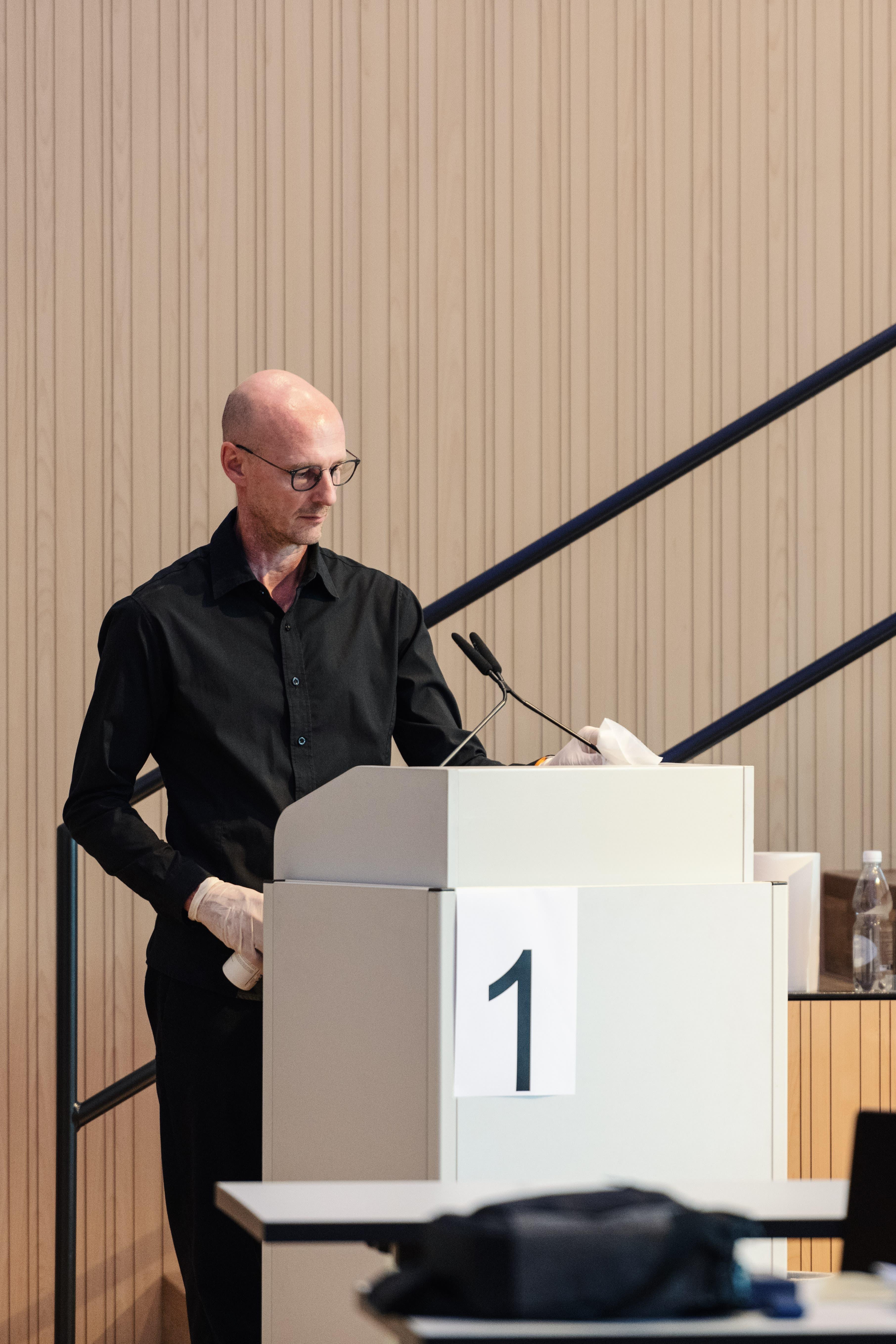 Das Rednerpult wird nach jedem Rednerwechsel desinfiziert.