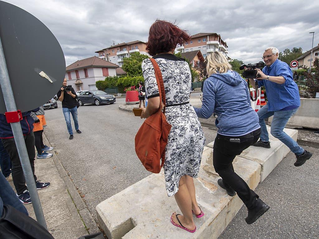 Zwei Frauen und ein Mann übertreten in Thonex GE die Grenze zu Frankreich.