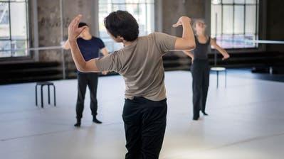 Choreograf Kinsun Chan (Mitte) lässt sich von der verordneten Einschränkung inspirieren: Die Tänzerin und ihr Kollege wahren immer Distanz. (Bild: Michel Canonica)