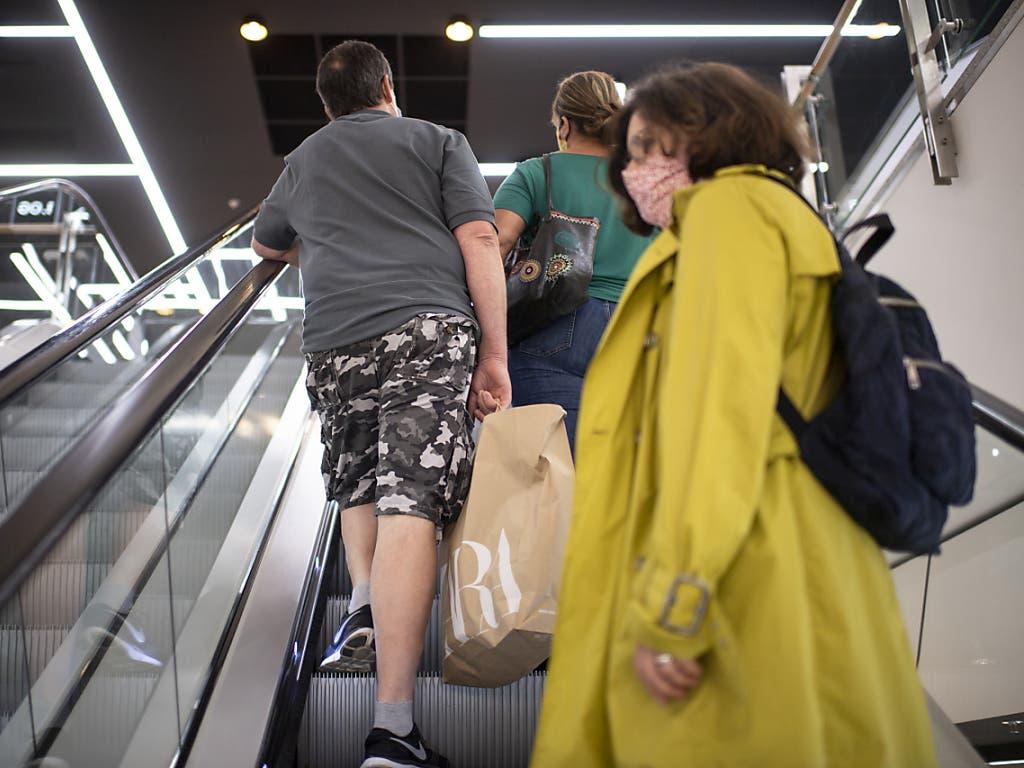 Menschen beim Einkaufen im Einkaufszentrum «Lago», aufgenommen in Konstanz, Deutschland.