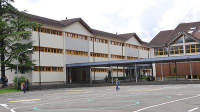 Auch das Schulhaus in Ennetbürgen soll an den Wärmeverbund angeschlossen werden. (Bild: Matthias Piazza(Ennetbürgen, 15. Juni 2020))