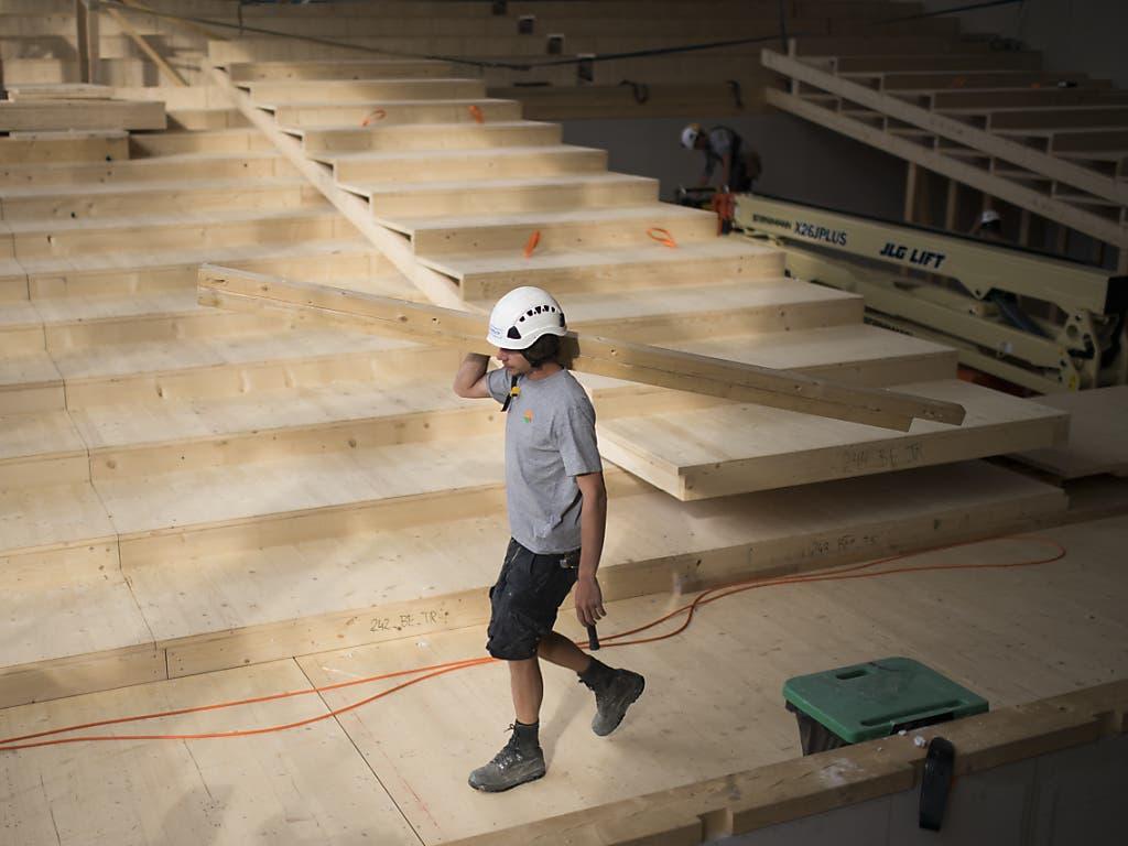 Rettungsanker in Coronazeiten: Ein Arbeiter in dem im Bau befindlichen Provisorium des Theater St. Gallens.