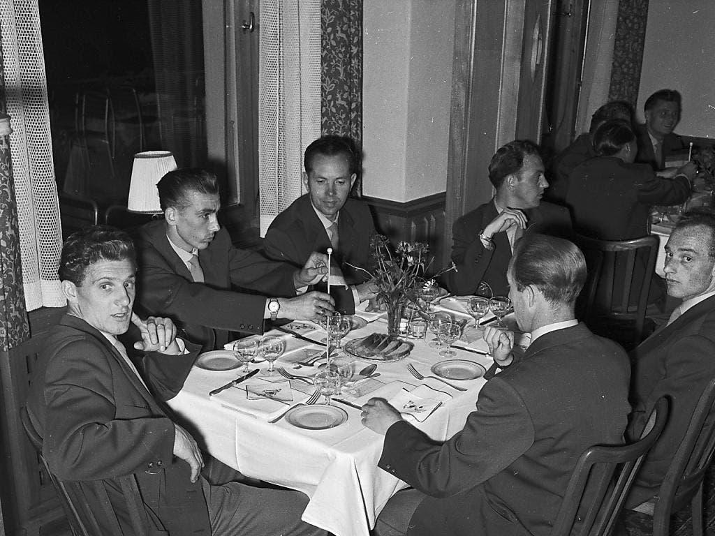 Legendär: Die deutsche Mannschaft beim Znacht im Hotel Belvédère, wo die Spieler den «Geist von Spiez» atmeten