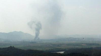 Nach der Sprengung steigt vom Ort des Geschehens in der Grenzstadt Kaesong Rauch auf. (Bild: Yonhap/AP (Paju, 16. Juni 2020))