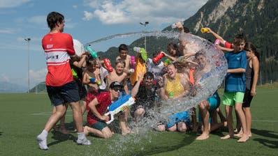 Szenen wie diese von 2019 sind auch dieses Jahr denkbar: Während der Aktivitäten ist Körperkontakt zwischen Kindern erlaubt. Die Zwei-Meter-Regel gilt allerdings zwischen Leitern und Kindern. (Bild: PD/Ad Astra Sarnen (Disentis, 25. Juli 2019))