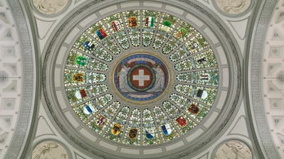 Glass cupola in the Dome Hall of the Swiss federal parliament and government building in Berne, Switzerland, pictured on February 24, 2009. The cupola holds the 22 cantonal coat of arms. (KEYSTONE/Gaetan Bally)Glaskuppel in der Kuppelhalle im Bundeshaus in Bern, aufgenommen am 24. Februar 2009. Die Kuppel beinhaltet die 22 Kantonswappen. (KEYSTONE/Gaetan Bally) (Gaetan Bally / KEYSTONE)