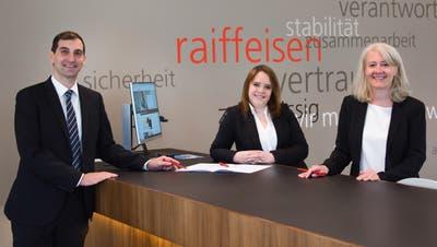 Roger Weibel als neuer Geschäftsstellenleiter betreut zusammen mit Sandra Maier und Nicole Meili die Raiffeisenfiliale in Ermatingen. ((Bild: PD))