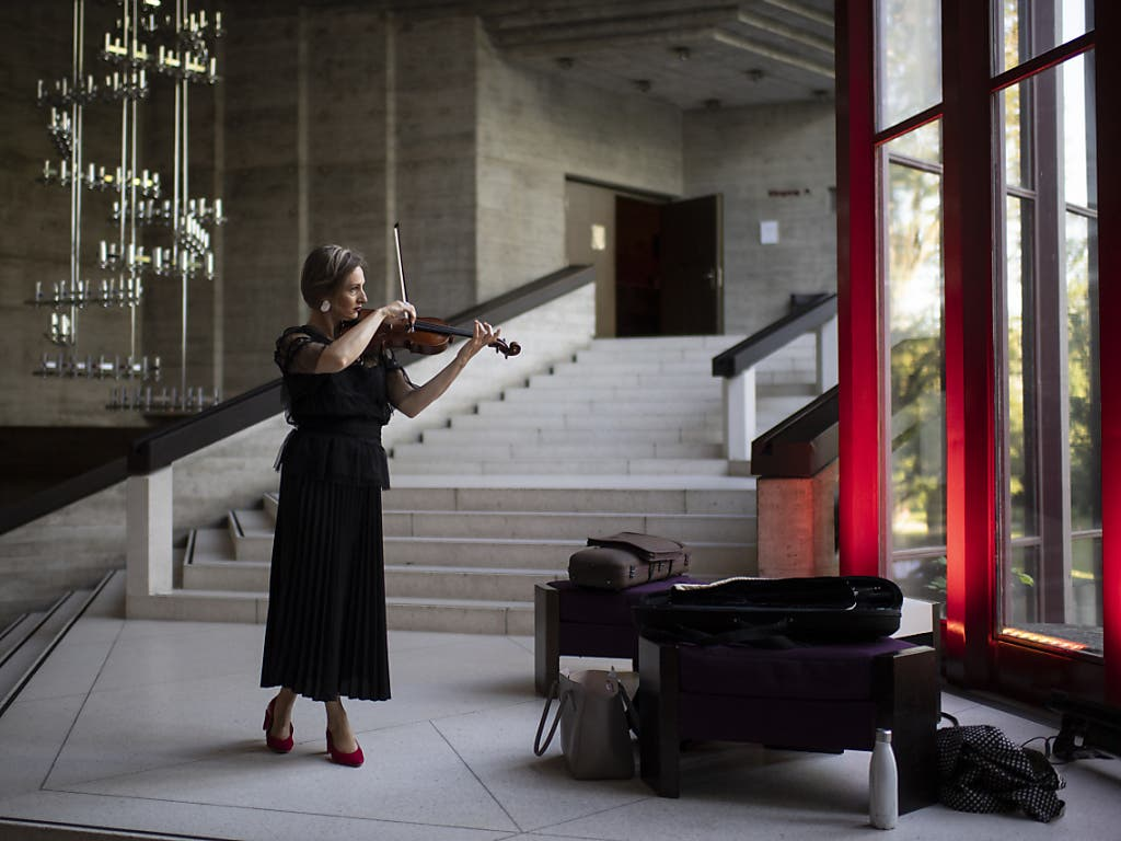 Eine Musikerin des Sinfonieorchesters St. Gallen spielt sich im Theater St. Gallen für die «Parkspiele» ein. Theater und Sinfonieorchester starteten vergangenen Woche nach dem Coronavirus-Lockdown das Saisonfinale.