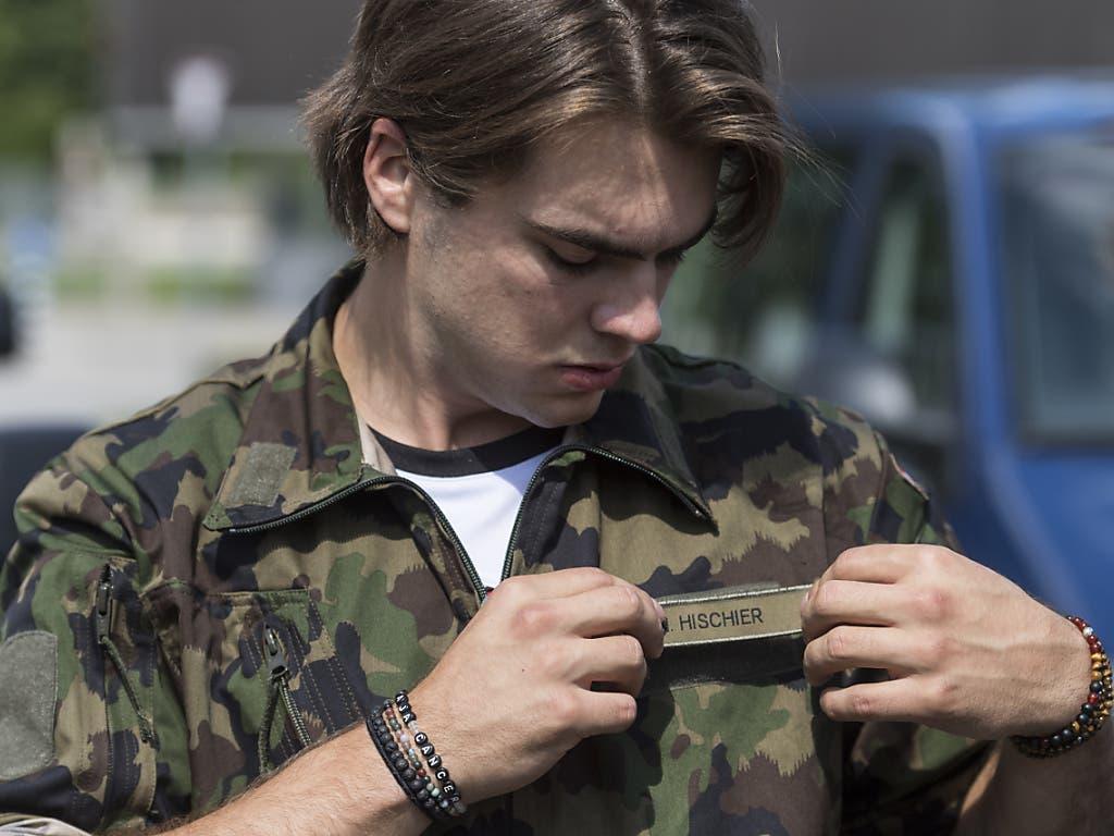 Nico Hischier fasste seine Uniform und montiert sein Namensschild