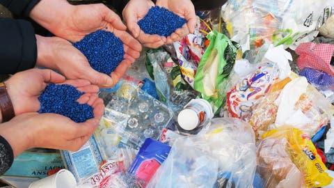 Beim Rezyklieren wird ein Kunststoffgranulat gewonnen, das zur Herstellung von neuen Produkten verwendet werden kann. (Migros)