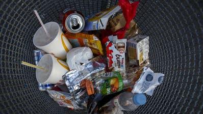 Nicht nur Aludosen und Petflaschen sollen rezykliert werden, sondern vermehrt auch Plastikverpackungen. (Keystone)